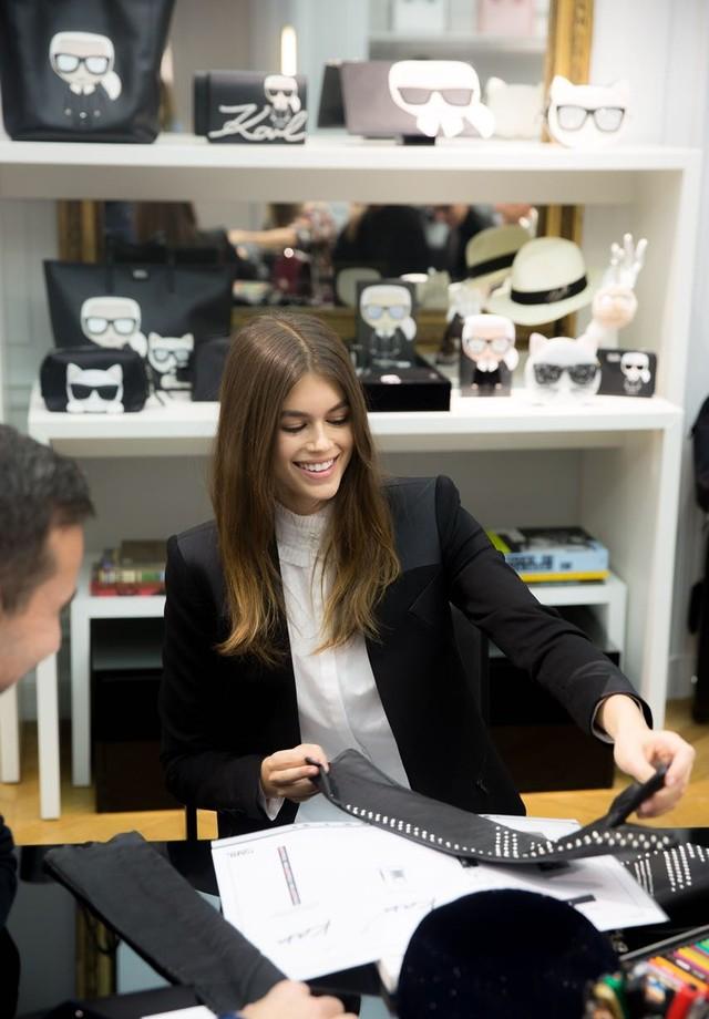 Kaia Gerber lança coleção com Karl Lagerfeld (Foto: Reprodução/WWD)