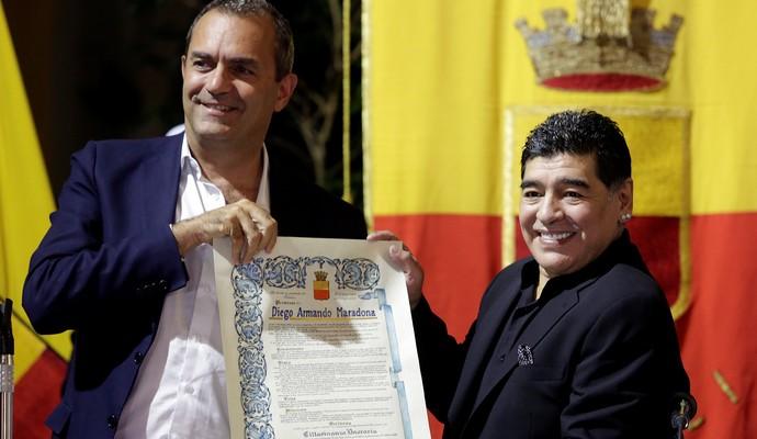 MAradona recebe título de cidadão napolitano (Foto: REUTERS/Stefano Renna )