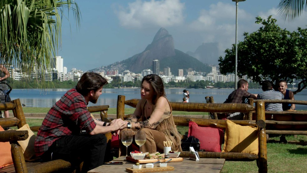 Cibele marca encontro com Amaro (Foto: TV Globo)