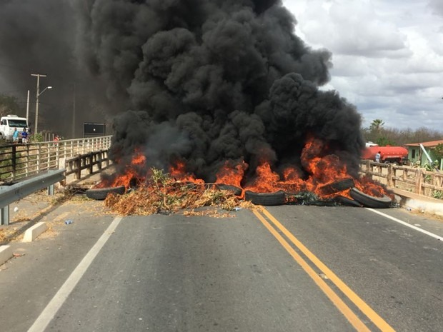 Motoristas queimaram pneus em protesto por falta de pagamento; primeiros reclamam atraso de 5 meses (Foto: Eduardo Aragão/Arquivo Pessoal)