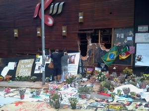 Parentes, amigos e até desconhecidos prestam homenagens às vítimas do incêndio em Santa Maria (Foto: Vanessa Felipe/RBS TV)
