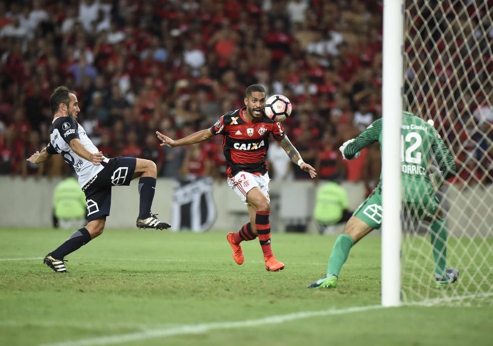 Romulo marca o terceiro gol para o Flamengo contra o San Lorenzo: argentinos foram goleados no Maracanã (Foto: André Durão)