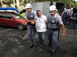 Homem é retirado de prédio por policiais (Foto: Paulo Toledo Piza/G1)
