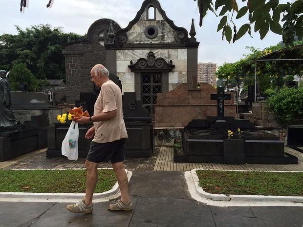 Cemitérios recebem visitas pelo Dia de Finados no Rio (Foto: Gabriel Barreira / G1)