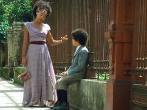 Berenice leva o menino para provocar Constância (Foto: Lado a Lado / TV Globo)