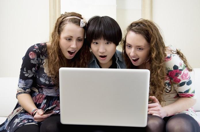 Jovens surpresos ao computador (Foto: Pond5)