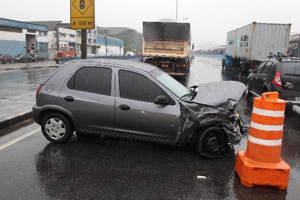 Caminhão colide com carro na Avenida Perimetral de Santos (Foto: Carlos Nogueira/Jornal A Tribuna)