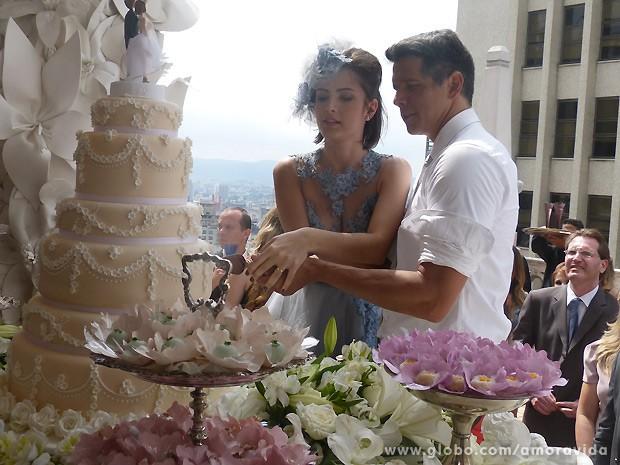 Após a união, os noivos cortam o bolo (Foto: Amor à Vida / TV Globo)