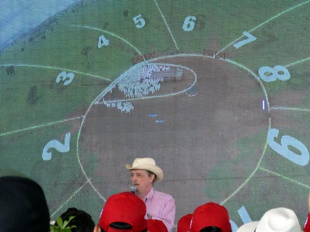 Produtor Rubens Catenacci demonstra como funciona a divisão das áreas em formato de pizza para o rotacionamento (Foto: Anderson Viegas/Do Agrodebate)
