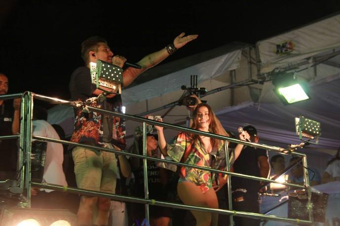Anitta ao lado de Felipe Pezzoni do Bloco EVA no Fortal 2016. (Foto: Luanna Gondim / TV Verdes Mares)