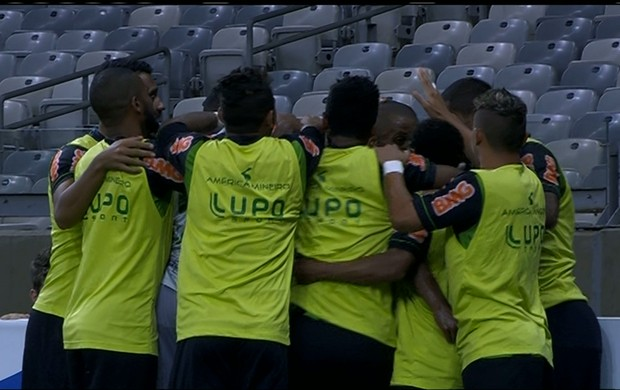 Jogadores do América-MG comemoram o gol contra o Joinville (Foto: Reprodução / Premiere)
