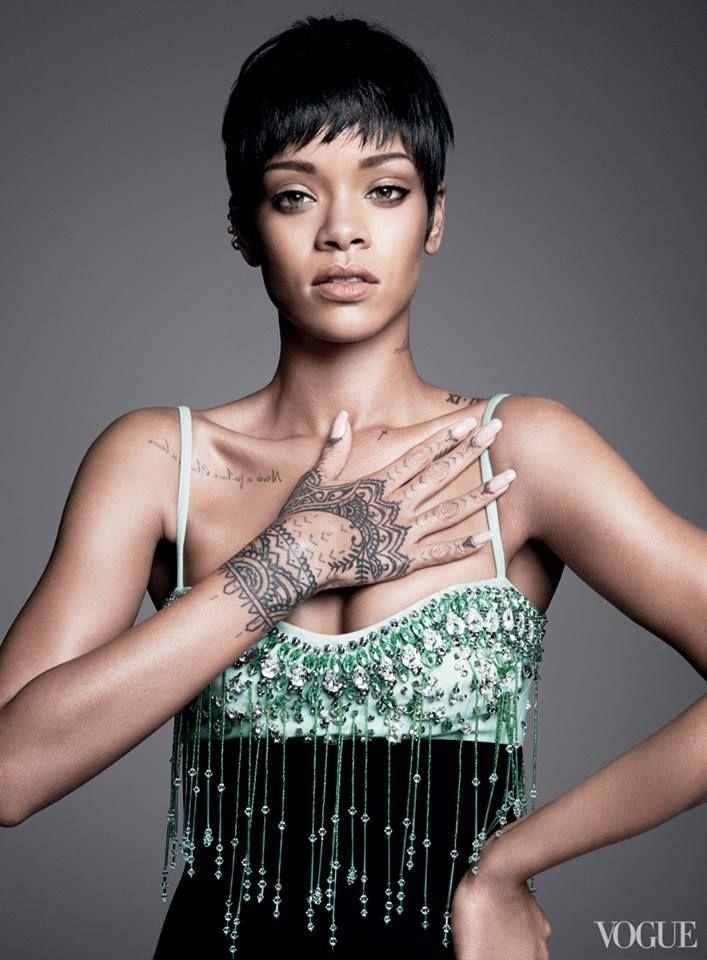 Rihanna e seu desenho Maori tatuado na mo direita (Foto: Reproduo/Vogue)