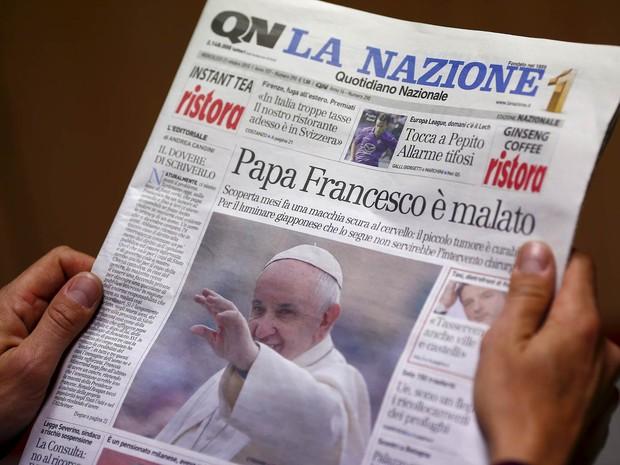 Capa do jornal italiano 'Quotidiano Nazionale' leva manchete que diz que o Papa Francisco está enfermo com um tumor, em Roma. O Vaticano desmentiu de maneira veemente que teria sido detectado um pequeno 'tumor benigno' no cérebro do Papa, há alguns meses (Foto: Tony Gentile/Reuters)