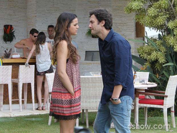 Laerte apela e obriga Luiza a sair do churrasco com os amigos (Foto: Em Família / TV Globo)