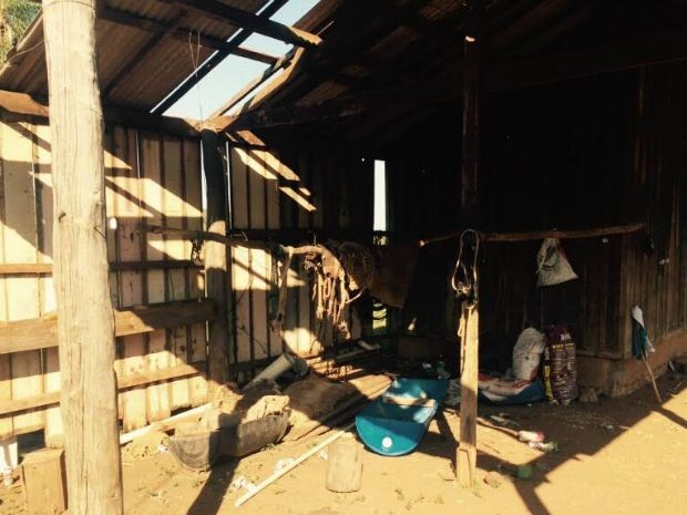 Galpão de fazenda de Antônio João onde índios estavam (Foto: Martim Andrada/ G1 MS)