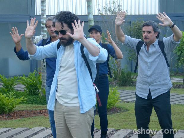 André e seu grupo são surpreendidos por seguranças de LC (Foto: Além do Horizonte/TV Globo)