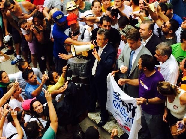 Tadeu Veneri (PT) usa megafone para fala com manifestantes (Foto: Sabrina Coelho/ G1)
