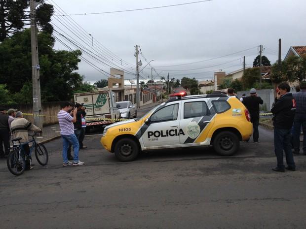 Rapaz foi morto nesta quarta (4); polícia isolou a área (Foto: André Salamucha/RPC)