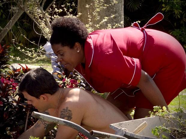 Zezé se joga para cima do gari e ele nem se dá conta do mole que ela dá (Foto: Avenida Brasil/TV Globo)