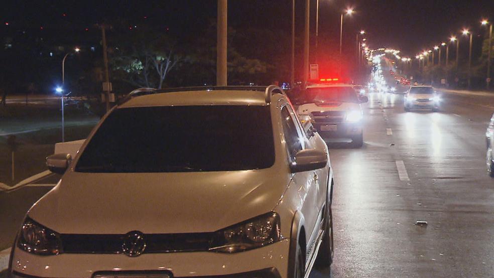 Carro que levou tiro no Eixão (Foto: TV Globo/Reprodução)