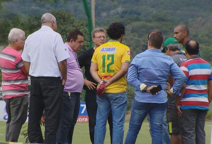 Dirigentes do Uberlândia e Marco Tiago se reuniram após treino (Foto: Reprodução/TV Integração)