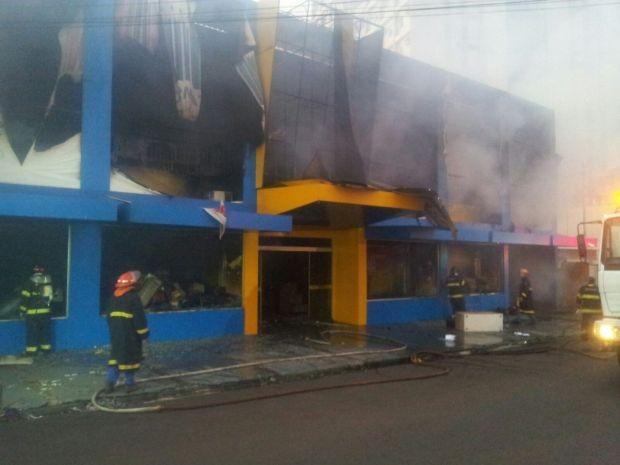 Incêndio começou no depósito da papelaria (Foto: Giliardy Freitas / TV TEM)