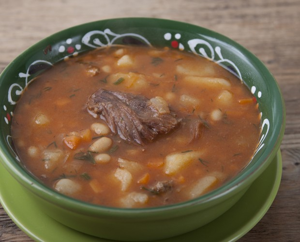 Bean soup with meat, potatoes, carrots, onions. (Foto: Getty Images/iStockphoto)
