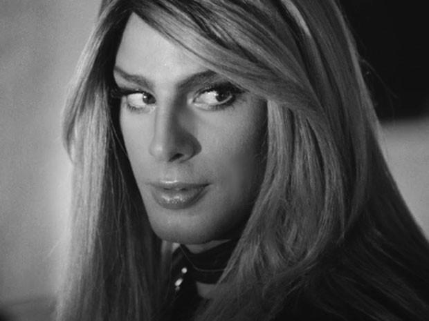 Cauã Reymond interpreta transexual no clipe de Barbara Ohana (Foto: Divulgação)
