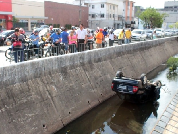 Carro cai em canal em Fortaleza (Foto: Reprodução/TV Verdes Mares)