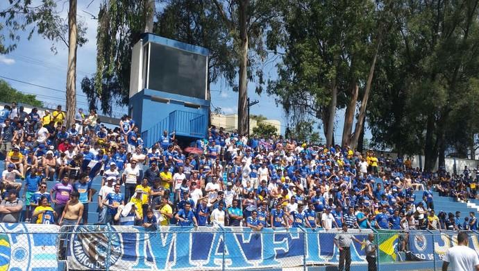 Torcida chega para apresentação de reforços do Cruzeiro na Toca da Raposa I (Foto: Tayrane Corrêa)
