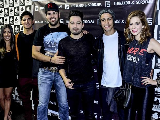surfista Tayná Hanada, Gabriel Medina, Fernando e Sorocaba, Sergio Malheiros e Sophia Abrahão em show em São Paulo (Foto: Leo Franco/ Ag. News)