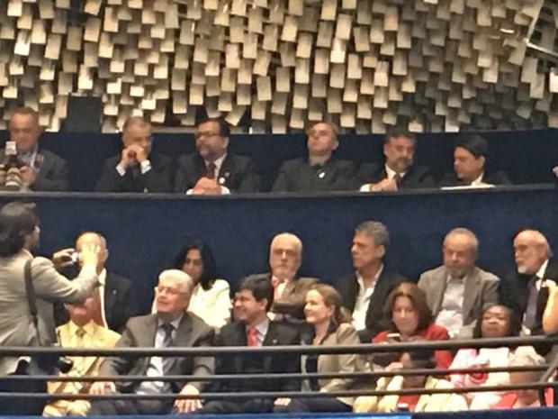Senadores aliados de Dilma sobem à galeria do plenário para tirar fotos próximo a Lula e ao cantor e compositor Chico Buarque (Foto: Gustavo Garcia / G1)