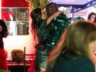 Fernanda Souza troca beijos apaixonados com Thiaguinho