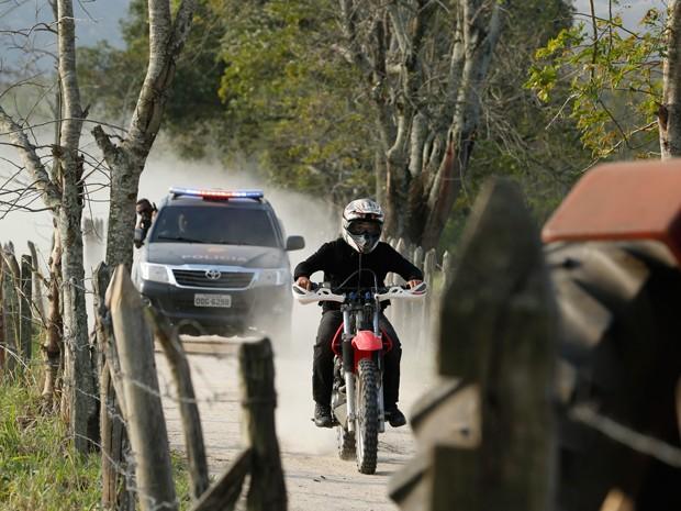 Como um verdadeiro filme de ação, Jonas é perseguido pela polícia (Foto: Artur Meninea/TV Globo)