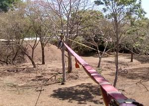 Fita fica 10 metros entre uma árvore e outra  (Foto: Reprodução/TV Anhanguera)