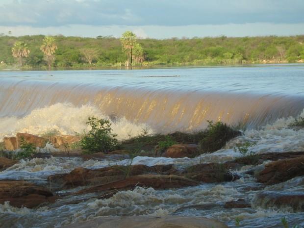 Açude Pataxó sangrou com chuvas da última semana em Ipanguaçu, no RN (Foto: Alípio Lopes/Prefeitura de Ipanguaçu)