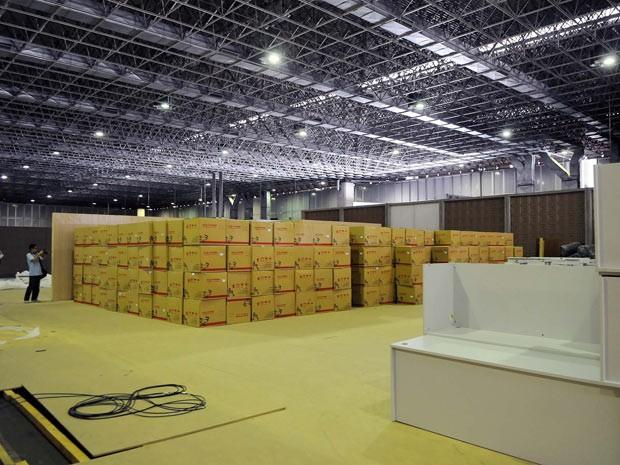 Caixas espalhadas por pavilhão do Riocentro. Obras de infraestrutura ainda são realizadas em prédios que vão abrigar a conferência Rio+20. (Foto: Alexandre Durão/G1)