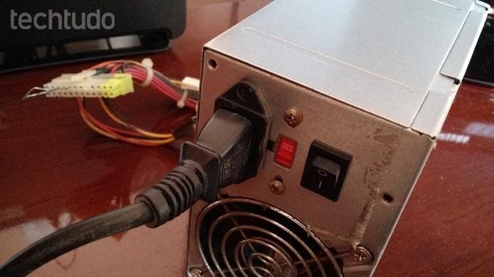 Se a ventoinha da fonte girar, sinal de que ela está funcionando (Foto: Felipe Alencar/TechTudo)