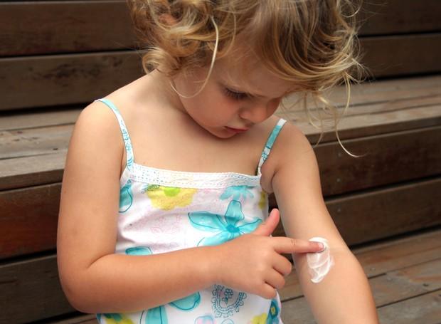 Crianças com dermatite atópica devem passar hidratante de uma a duas vezes ao dia (Foto: Thinkstock)