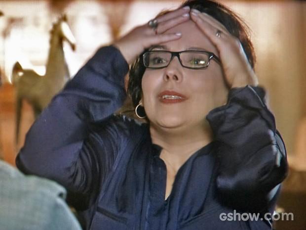 Selma fica irritada depois de ser questionada por Mauro e Ceiça (Foto: Em Família/ TV Globo)