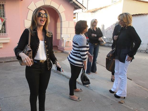 A mulher de Cachoeira, Andressa Mendonça, do lado de fora do tribunal onde o bicheiro depôs nesta quarta (Foto: Diomício Gomes/'O Popular')