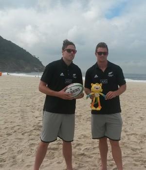Tim Mikkelson e Scott Curry, seleção de rúgbi da Nova Zelândia, Copacabana (Foto: Leo Velasco)