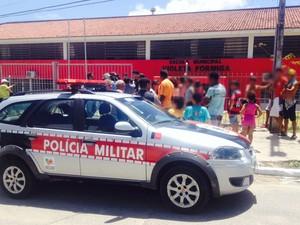 Polícia Militar esteve na escola, mas suspeito de atirar na adolescente fugiu (Foto: Walter Paparazzo/G1)