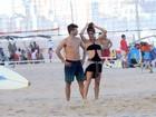 Rodrigo Hilbert e Fernanda Lima jogam vôlei, trocam beijos e curtem a prole