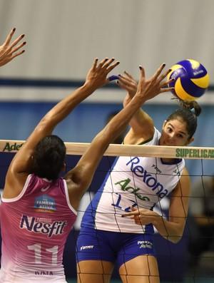 Natália ataca em duelo entre Rio de Janeiro x Osasco - Superliga Feminina de Vôlei (Foto: André Durão)