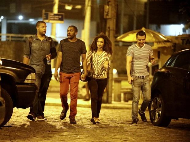 Lázaro Ramos e Taís Araújo com amigos em restaurante na Zona Oeste do Rio (Foto: Ag. News)