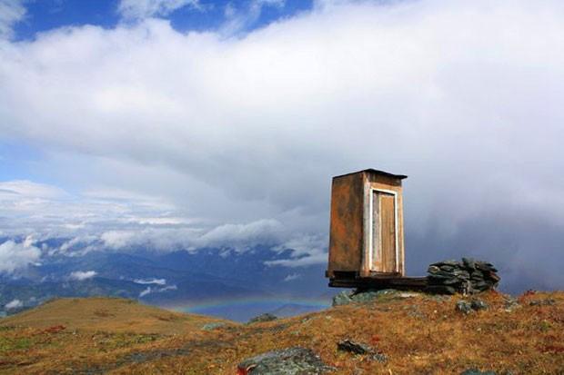Banheiro no topo de montanha na Rússia é eleito o mais perigoso do mundo (Foto: Caters News Agency)