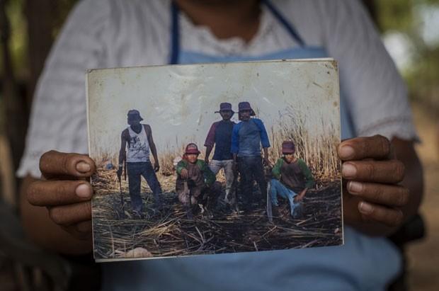 Agricultora mostra foto de seu marido e de colegas afetados pela doença na Nicarágua (Foto: Anna Barry Jester, do Center for Public Integrity)