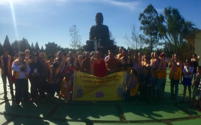 Antes de seguir para o Marco das Américas, fogo simbólico visitou o Templo Budista de Foz do Iguaçu (Foto: Pedro Veríssimo)