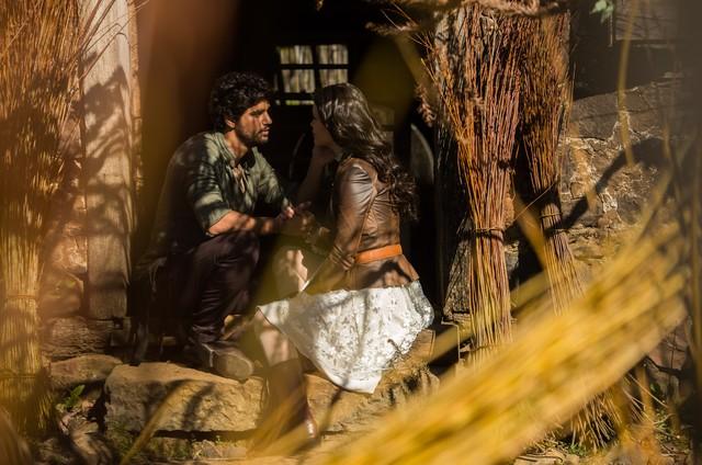 Inácio e Maria Vitória se beijam no primeiro capítulo de 'Tempo de amar' (Foto: Globo/ João Miguel Junior)